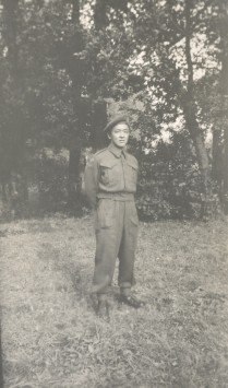 Marshall Chow portant l'uniforme de l'armée canadienne.