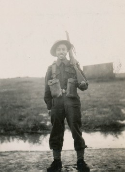Soldat Ed Lee en entrainement à Maple Creek, Saskatchewan, octobre 1944.