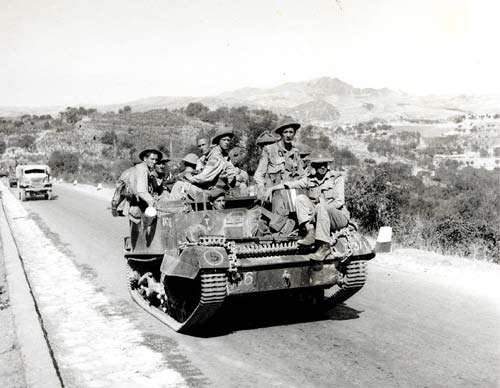 Des soldats canadiens du Hastings and Prince Edward Regiment s'avancent vers le nord à travers l'Italie dans un transport de troupes blindé en juillet 1943.