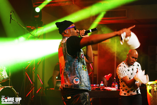 Kardinal Offishall chante au bar The Wave à Londres, Ontario, en 2013. Photo : The Come Up Show/Eddy Rissling.