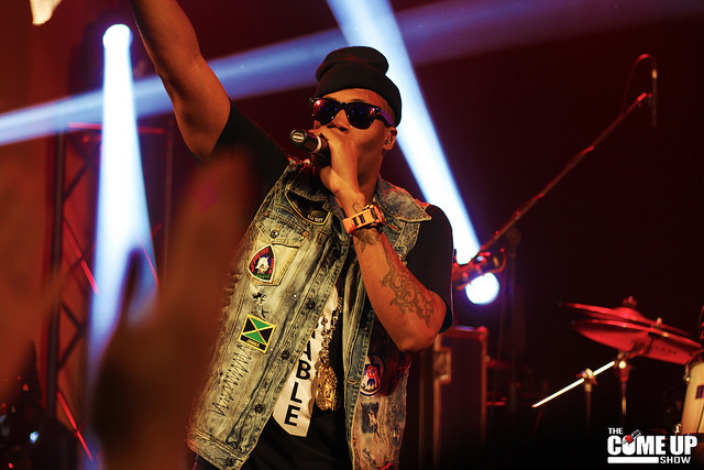 Kardinal Offishall chante au bar The Wave à Londres, Ontario, en 2013.