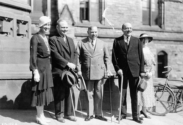 Th\u00e9r\u00e8se Casgrain, Mackenzie King, and others in front of Parliament during the Imperial Economic Conference 1932
