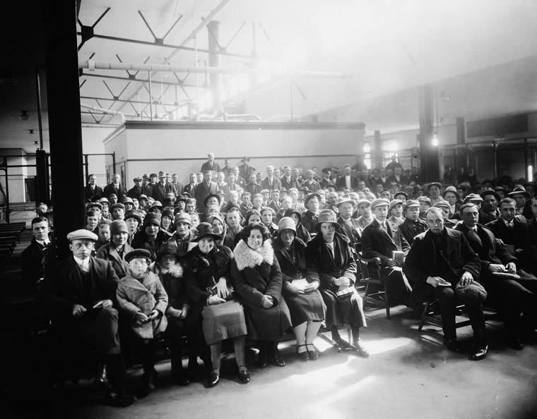 Des immigrants hollandais dans le Assembly Hall, Terminal du Canadian Railways, Halifax, N.-É. vers 1920-1930.