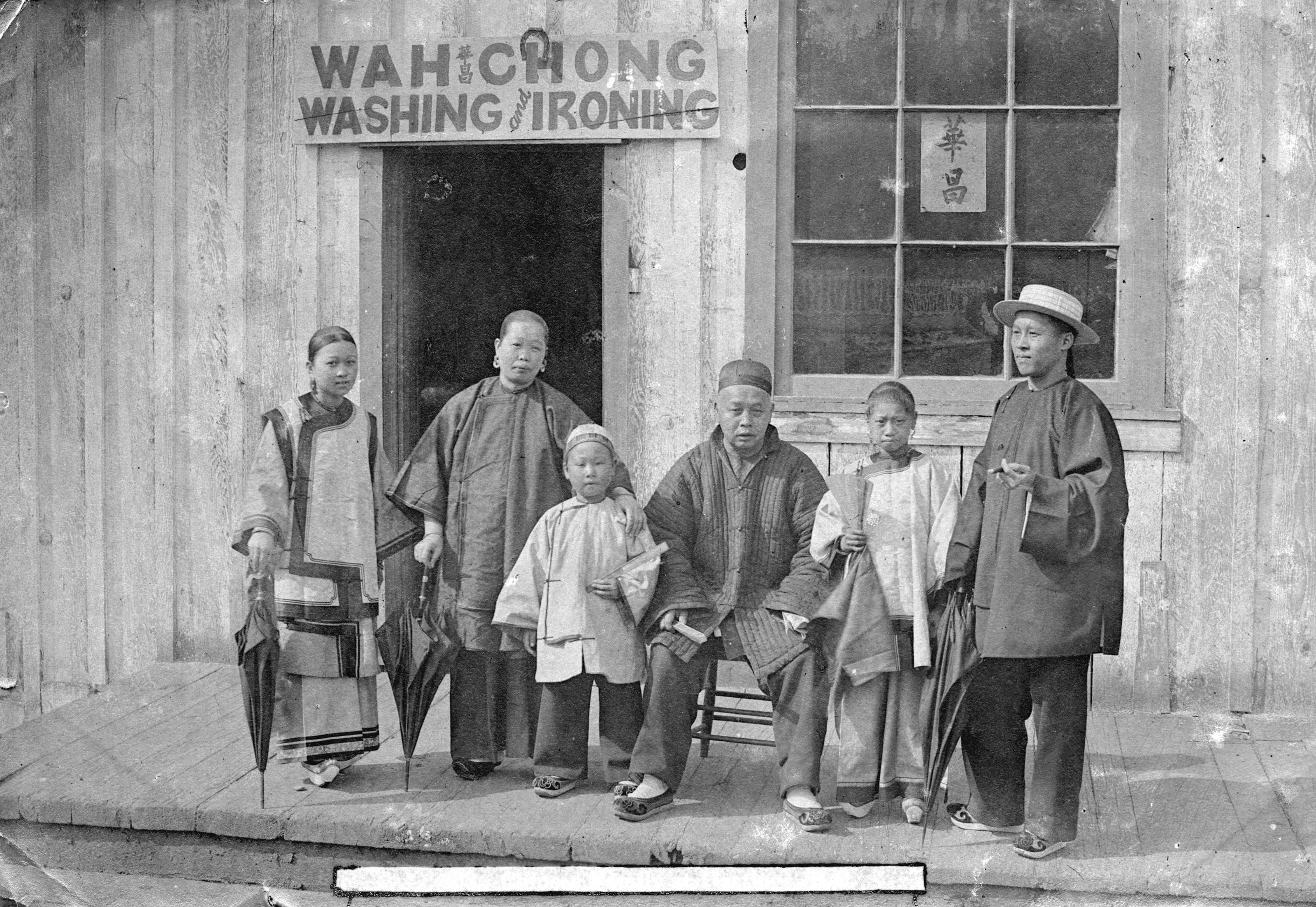 Une famille devant Wah Chong Washing and Ironing (lavage et repassage), 1895.