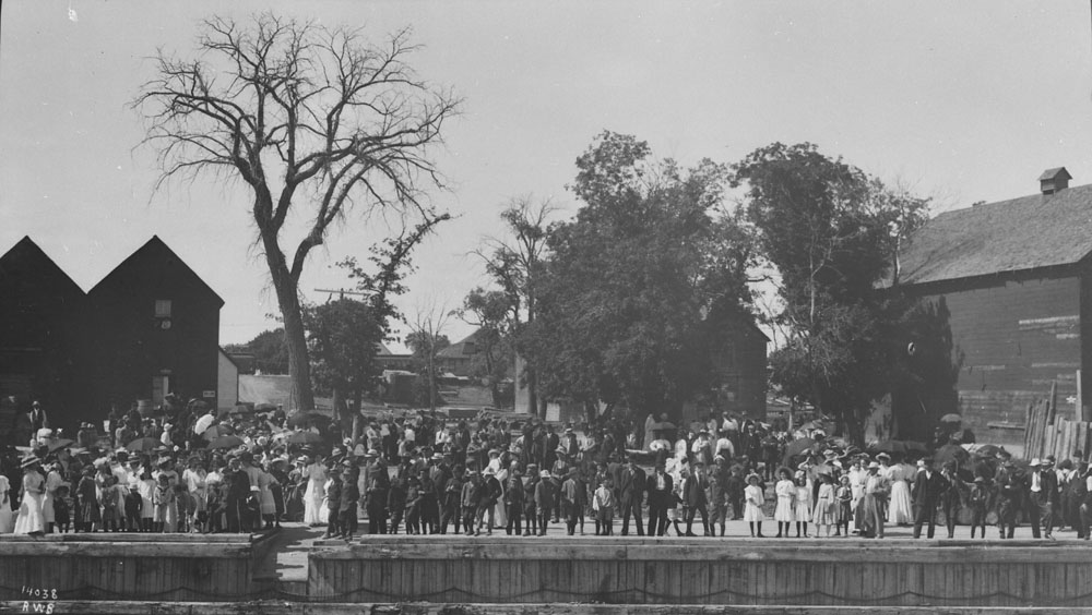 Crowds in Selkirk, 1910